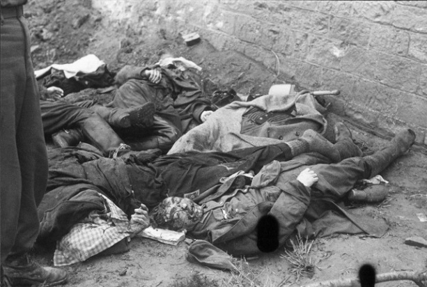 Slain-camp-guards-killed-in-revenge-killings-lie-next-to-a-wall-in-the-Dachau-concentration-camp-1945